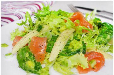 Пюре из авокадо с овощами и семгой - фото