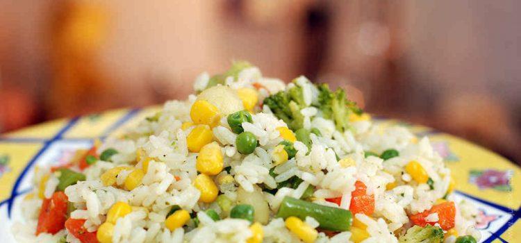 Рисовый салат со стручками перца и кукурузой - фото