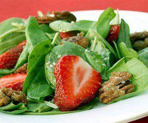 Салат из шпината, клубники и орехов - фото