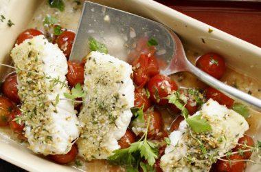Рыбное филе в белом вине с помидорами - фото