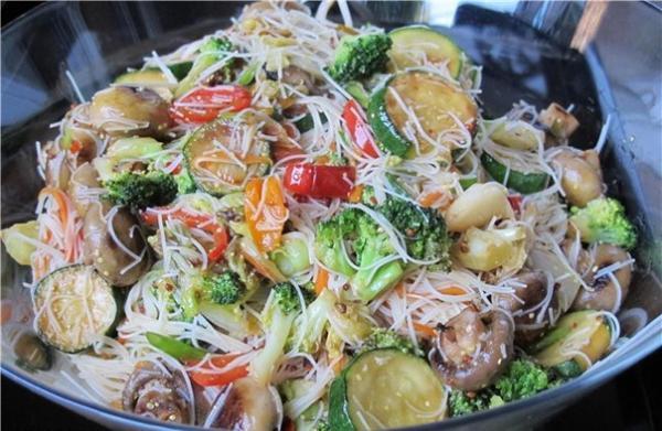 Салат рисовой лапши с